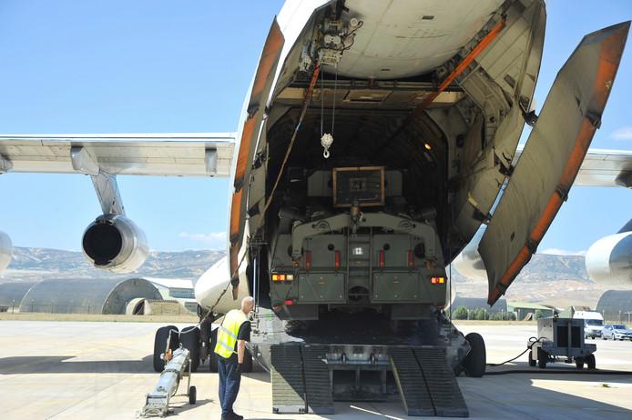 Militair personeel bij een transportvliegtuig met een Russisch S400-raketsysteem.