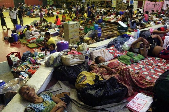 Bewoners van de Filipijnen zoeken een veilig heenkomen in een schoolgebouw.