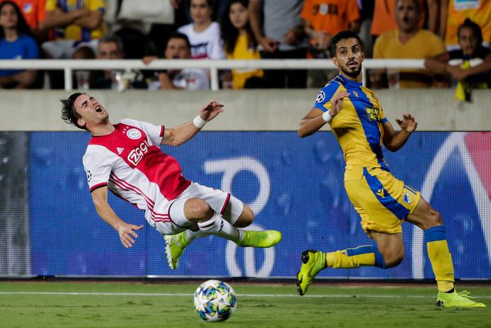 Nicolás Tagliafico vliegt tegen APOEL Nicosia na een hard duel door de lucht.