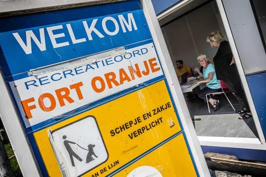 Verplichte registratie voor bewoners op camping Fort Oranje.