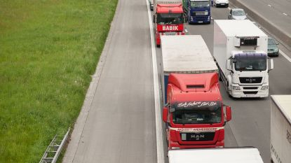 Vier voertuigen botsen op autosnelweg, heel wat file tijdens ochtendspits