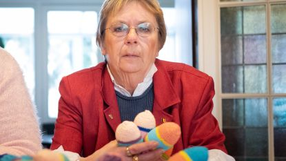 Christiane haakte al 1.000 knuffels voor dementerenden. En of die daar tevreden mee zijn!
