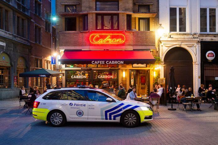 De politie houdt de cafés goed in het oog maar dat is eigenlijk niet nodig. Cafee Cabron lijkt het enige café in het historisch centrum te zijn met een vol terras.