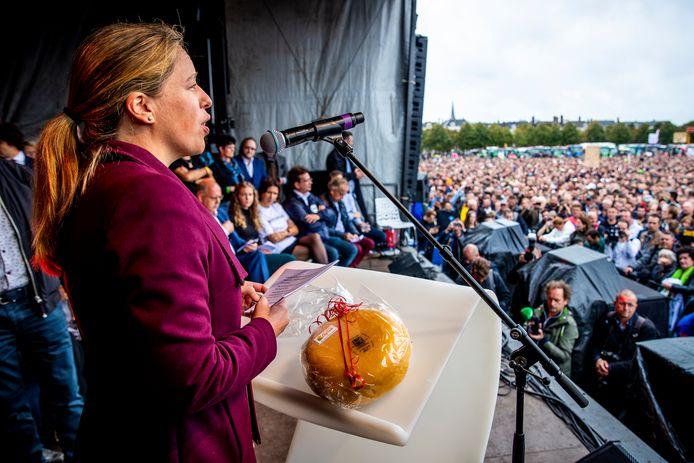 Minister Carola Schouten van Landbouw, Natuur en Voedselkwaliteit kreeg vorige keer nog een stuk kaas van de initiatiefnemers van het eerste grote boerenprotest tegen het stikstofbeleid op het Haagse Malieveld. Een van de initiatiefnemers was toen Agractie. Deze actiegroep coördineert een nieuwe demonstratie tegen de voermaatregel van Schouten.