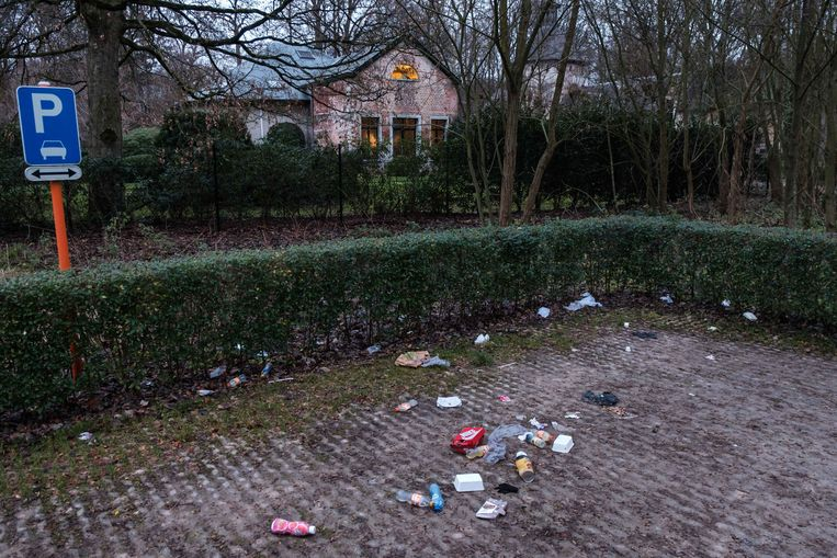 Zwerfvuil aan de parking van Wijnegempark.