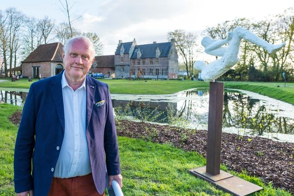 Curator Gilbert Putteman in de immense tuin van Hof Ter Loonst, waar de kunsttentoonstelling plaatsvindt.