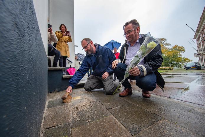 Kleinzoons Mart en Rob de Waard van Jo Leo Snoep hebben zaterdag de struikelsteen ter nagedachtenis aan hun grootvader onthuld. De steen ligt voor de toenmalige woning van Snoep aan de De la Sablonièrekade.