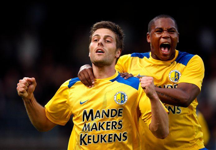 Benjamin de Ceulaer wordt in 2009 besprongen door ploeggenoot Ferne Snoyl nadat hij RKC op een 1-0 voorsprong gezet heeft.