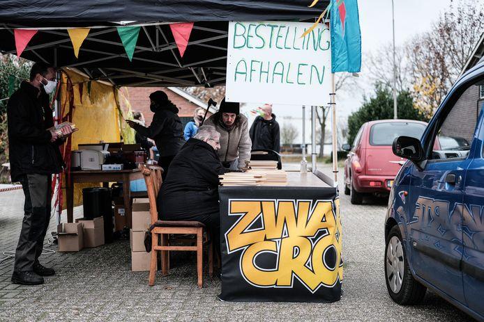 Een drive-thru, coronaproof, op het terrein van de Zwarte Cross in Lievelde. Ingericht voor de verkoop van Tante Rikie's verhalenboek.