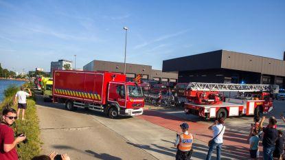 Brandweerwagens in lange rij naar nieuwe kazerne