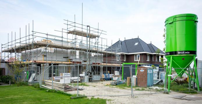 Door een tekort aan personeel in de bouw stijgen de kosten, ook worden bouwmaterialen steeds duurder.