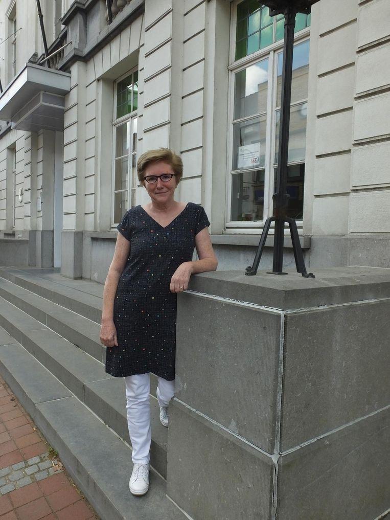 Mia Pynaert aan het gemeentehuis van Nevele.