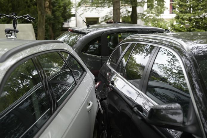 De auto's raakten beschadigd.
