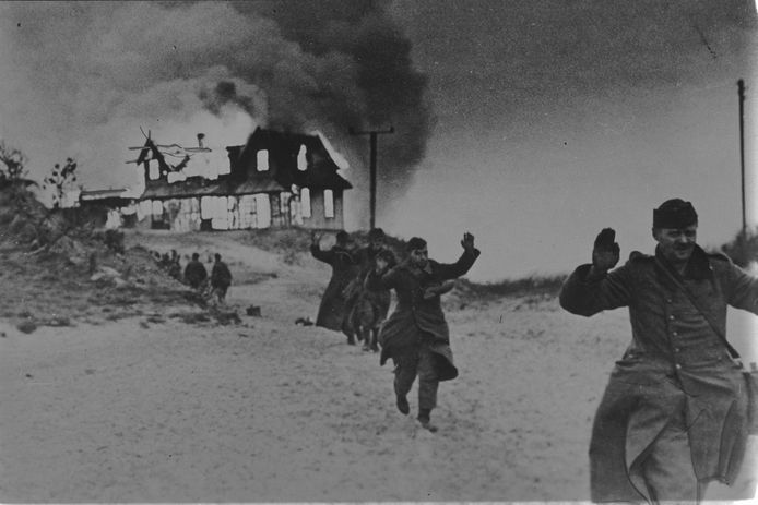 Domburg, 2 november 1944: De in de duinen gelegen villa 'Woestduin' bij Domburg staat in lichterlaaie na een beschieting. De daarin verbleven Duitse soldaten geven zich over aan Noorse Commando's van No. 5 troop. foto Noors Verzetsmuseum