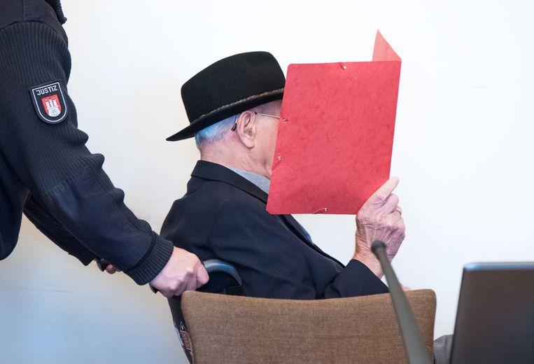 De 93-jarige Bruno D. arriveert in de rechtbank in Hamburg.