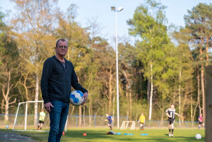 Voorzitter Harry Meijer bij het trainingsveld van vv IJhorst. Ze beginnen binnenkort met de renovatie van de velden en er komen nieuwe lichtmasten.