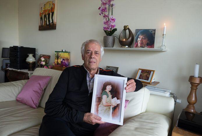 Aart van Veen toont een portret van Urmie. Met achter hem de urn met de as van zijn vrouw, die op 30 juli van dit jaar overleed.
