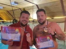 Tweelingbroers Mark en Erik hebben op hun 30e eindelijk zwemdiploma A: 'Het kwam er nooit van'