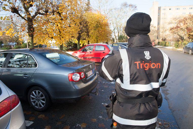 Een parkeerwachter aan het werk in Gent.