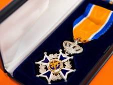 Koninklijke eer voor Aaltense brandweermannen na tientallen jaren dienst