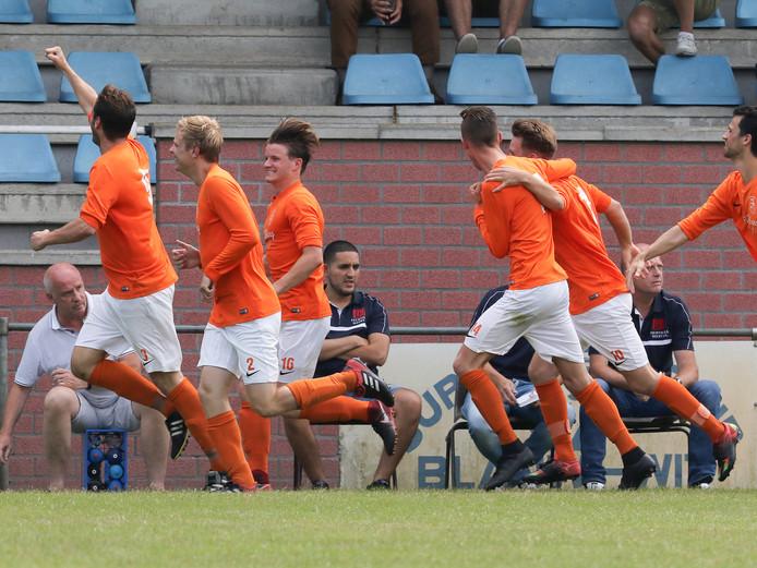 Vreugde bij de spelers van Prinses Irene nadat Martijn van Vught de 1-2 binnen heeft gewerkt. Later bleek het de winnende in het treffen met Wilhelmina'08.