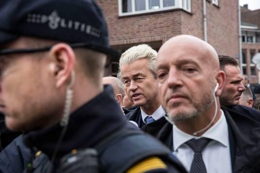 PVV-leider Geert Wilders  tijdens een bezoek aan Spijkenisse. Hij kan niet zonder beveiligers over straat.