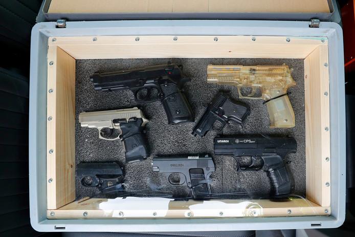 Zeven wapens, waarvan vijf replica's.  Alleen linksmidden en in het midden ligt een wapen dat echte kogels kan afvuren.