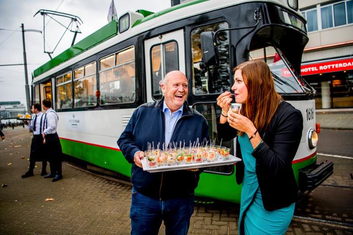 Suzanne Knegt en chef-kok Ad Janssen bij de kick-off van de plannen voor de RotterTram.