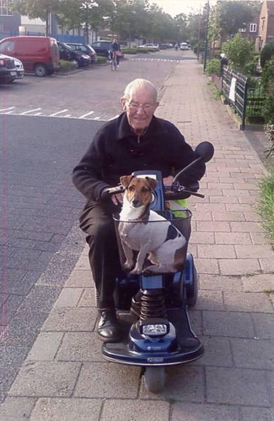 Piet Akkermans rijdt in zijn scootmobiel door de straten van Rijen.