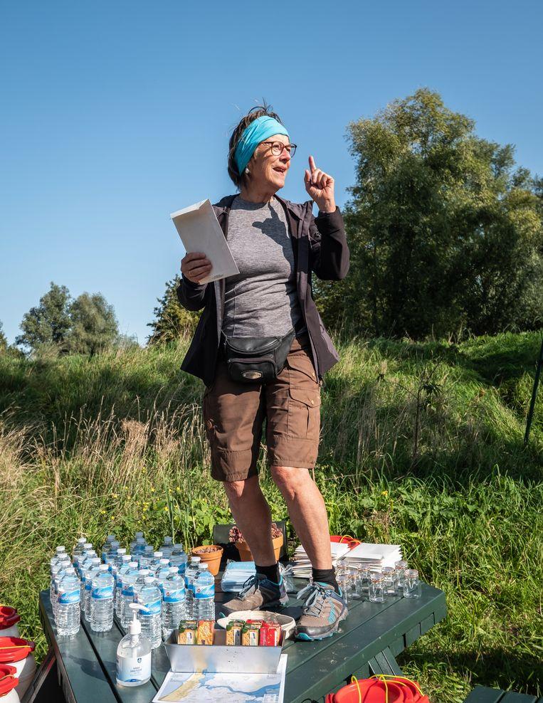 Baaijens moedigt de groep aan met een frisse blik naar de natuur te kijken. Beeld Dingena Mol