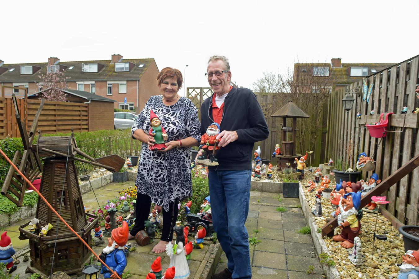 """Adri en Jan Schoo in hun achtertuin in de Zierikzeese wijk Poortambacht. Adri heeft haar nieuwste aanwinst vast. Jan een mopperig kijkend exemplaar: ,,Ik weet nu al wat mijn vrienden zeggen. Kijk die sukkel nou staan met z'n kabouter."""""""
