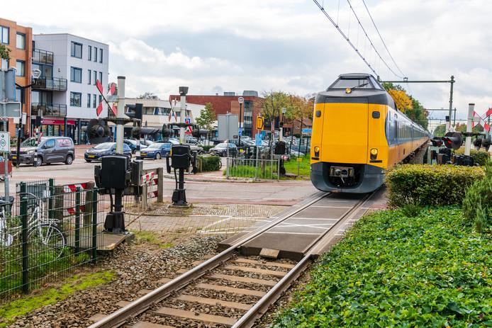 De onoverzichtelijke en daardoor mogelijke gevaarlijke spoorwegovergang in Den Dolder.