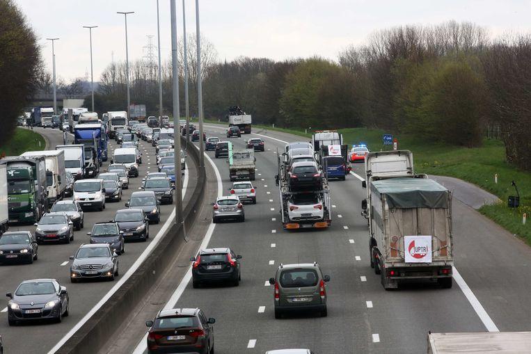 Volgens de onderzoekers is een gebiedsdekkende kilometerheffing de enige manier om sluipverkeer door de maatregel tegen te gaan. Dat betekent dat automobilisten op elke weg in Vlaanderen voor het gebruik ervan moeten betalen. Archieffoto.