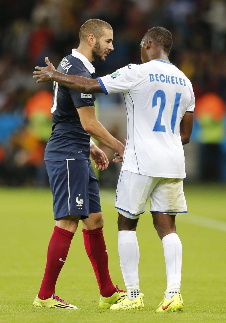 Benzema schudt handen met Beckeles van Honduras. Eindstand: 3-0 voor Frankrijk. Beeld epa