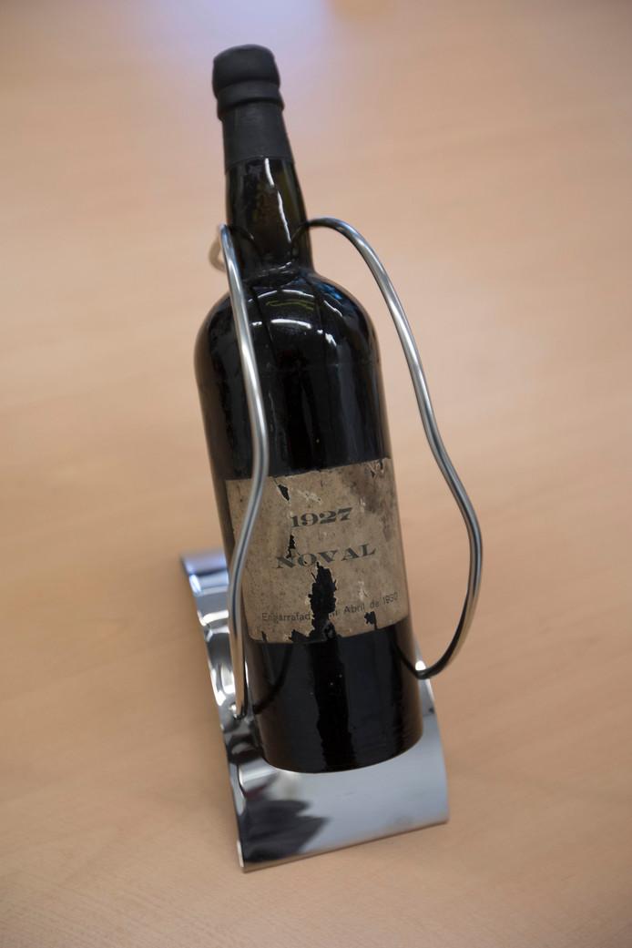 Govers accountants bestaan 90 jaar. De fles port uit 1927 wordt over tien jaar bij het eeuwfeest geopend.