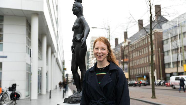 Femmy Otten bij haar standbeeld And Life Is Over There. Beeld Foto Hans Poel