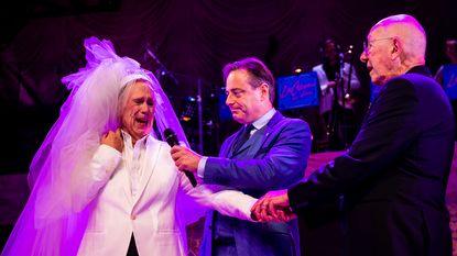 Koen Crucke (mét bruidssluier) zegt opnieuw 'ja' tegen Jan