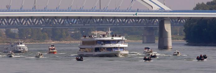 De Regina Danubia met daarop de EU-regeringsleiders vaart over de Donau.