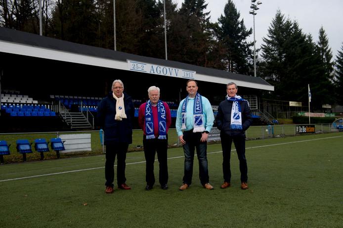 Van links naar rechts: Martin Maassen (voorzitter), Gerrit Kerssen (teammanager) Dennis Terwel (AGOVV Museum) en Gert Sangers (vice-voorzitter) voor de monumentale tribune van AGOVV.