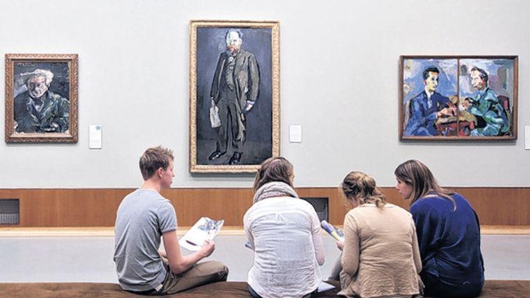 Schoolkinderen bezoeken museum Boijmans. Zo'n bezoek valt op sommige scholen onder de noemer 'burgerschapsvorming'. Beeld FOTO KOEN SUYK, ANP