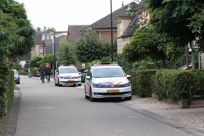 De politie doet buurtonderzoek na de beroving in Apeldoorn