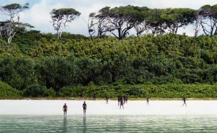 Een van de spaarzame beelden van de Sentinelezen, gemaakt door de Indiase kustwacht.