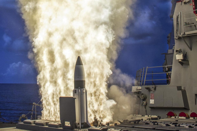 Een Standard 3-raket wordt afgevuurd vanaf een Amerikaanse torpedobootjager. Deze onderscheppingsraket maakt deel uit van het raketschild van de VS in Europa.