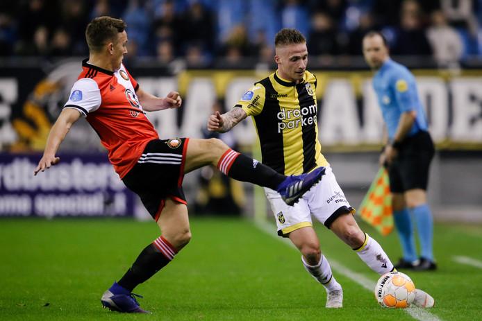Alexander Büttner (rechts) voor Vitesse in duel met Feyenoorder Jens Toornstra.