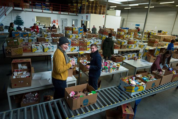 Het vullen van de pakketten bij de Voedselbank in Zwolle