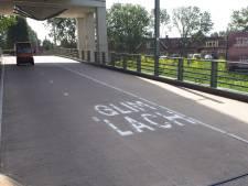 Glimlachend over de Nelson Mandelabrug fietsen naar de binnenstad van Woerden