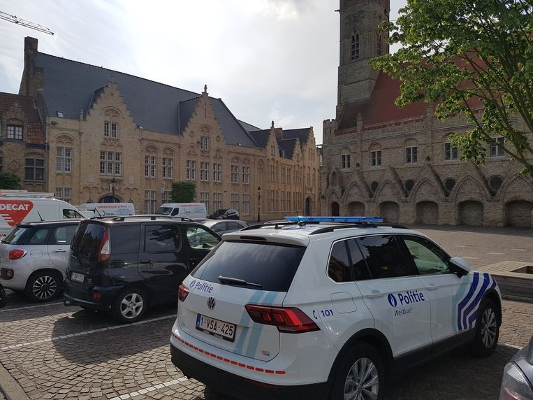 Archieffoto. De politie op het Marktplein in Nieuwpoort, met in de achtergrond het Sint-Bernarduscollege.