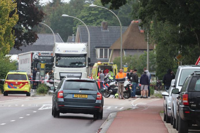 Hulpdienstren ontfermen zich over de gewonde fietser.