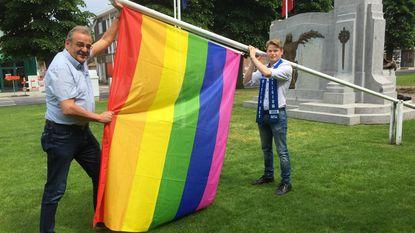 Regenboogvlag vrolijkt dorpsplein op