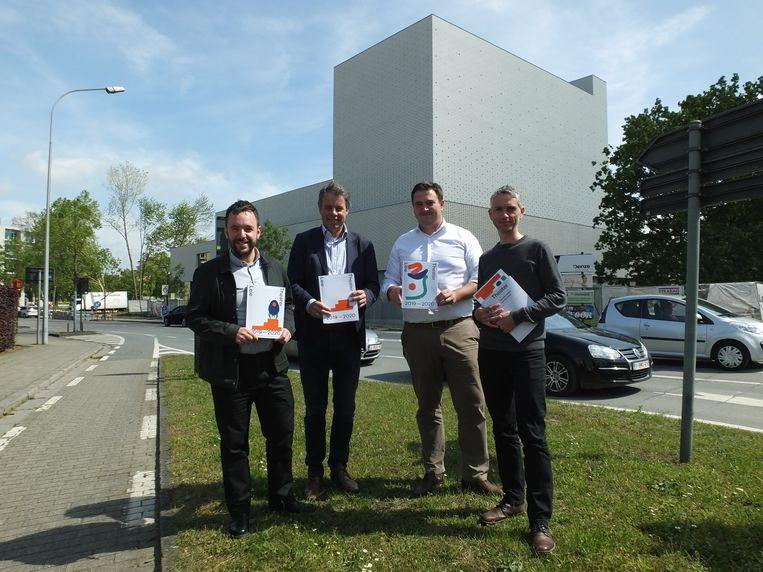 Directeur Benoît Vanraes, burgemeester Jan Vermeulen, cultuurschepen Rutger De Reu en cultuurcoördinator Wim Van Der Cruyssen bij het Leietheater.